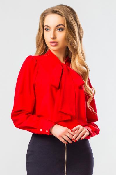 Блузка красного цвета с галстуком