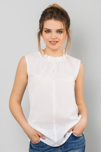 Белая блузка с оборками