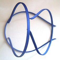 Обруч  металический  0,5 см.  обтянут  Синим  атласом ,  прошитый  из  нутри.