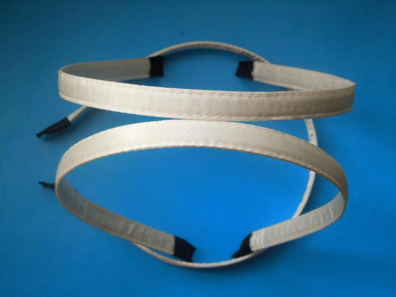 Металический  обруч  0,7 мм.   обшитый  плотной  светло - кремовой  лентой  10 мм.