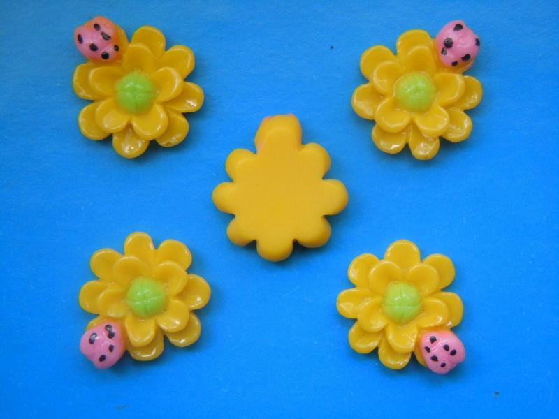 Фото Серединки ,кабашоны, Кабашоны, камеи Акриловый  кабашон   Жёлтый  цветочек  с  жучком   22 * 20 мм.