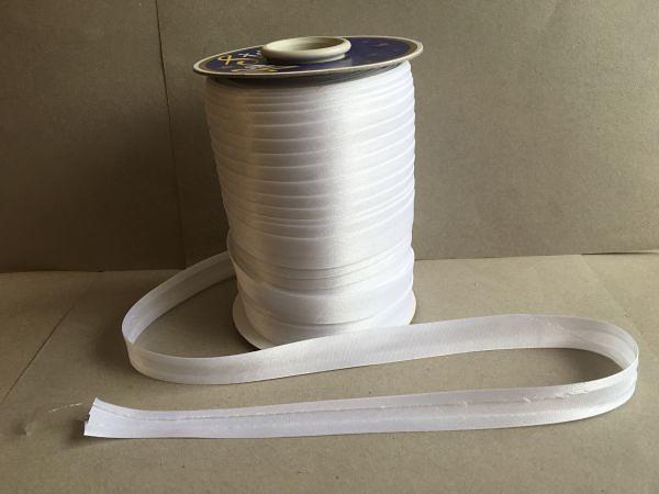 Фото Косая бейка атласная 1,5 см Косая  бейка  атласная.  ( ОСТАТОК  1 упаковка  3 м. 50 см. )  Белого  цвета.    Ширина  15 мм.