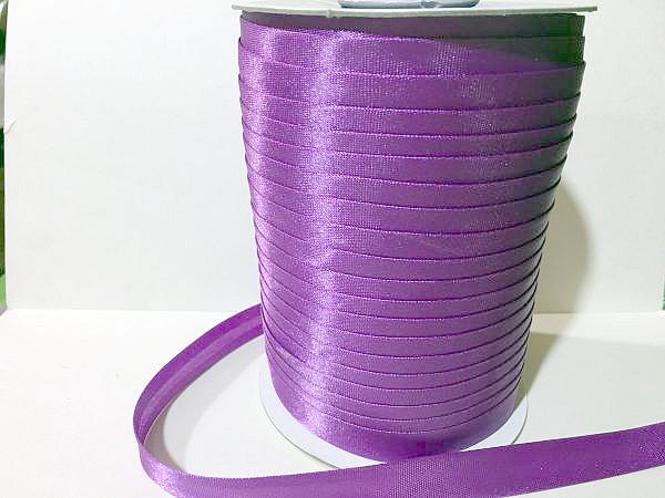 Фото Косая бейка атласная 1,5 см Косая  бейка  атласная.  Сиренево - фиолетового  цвета.    Ширина  15 мм.