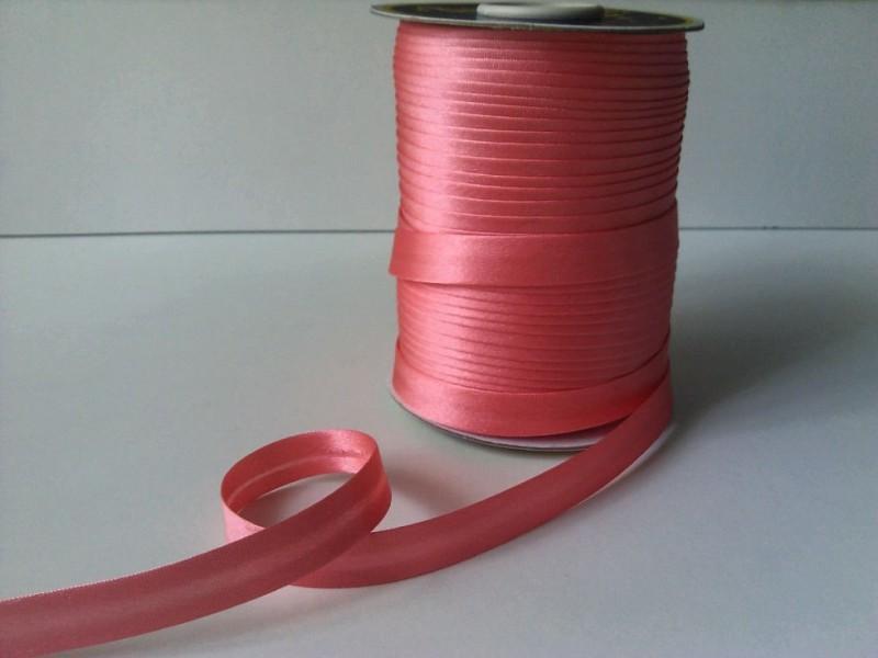 Фото Косая бейка атласная 1,5 см Косая  бейка  атласная.  Кораллового  цвета.    Ширина  15 мм.