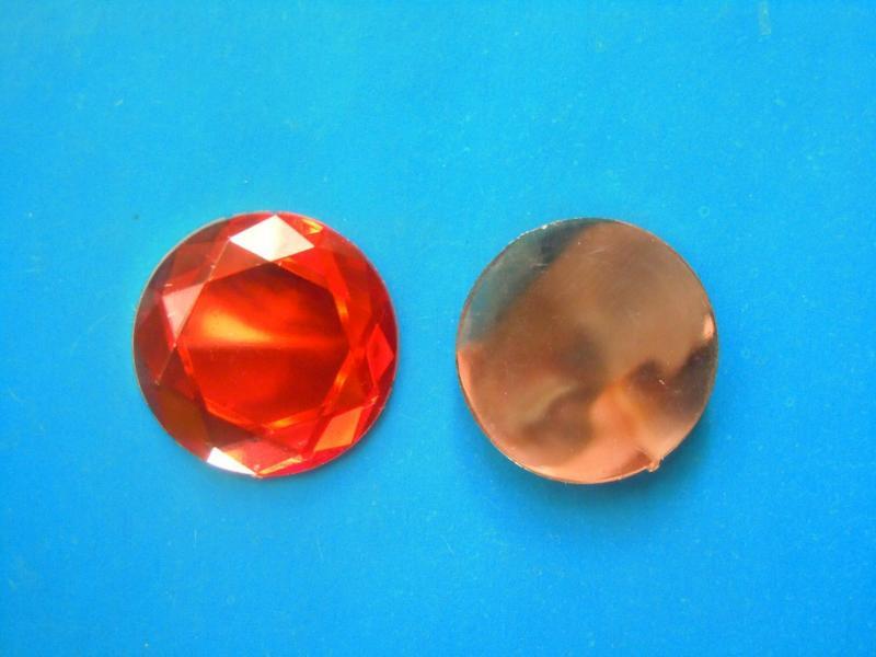 Кабашон  круглый  стекляный    Красного  цвета  с  огранкой  .  Размер  -  20 мм.