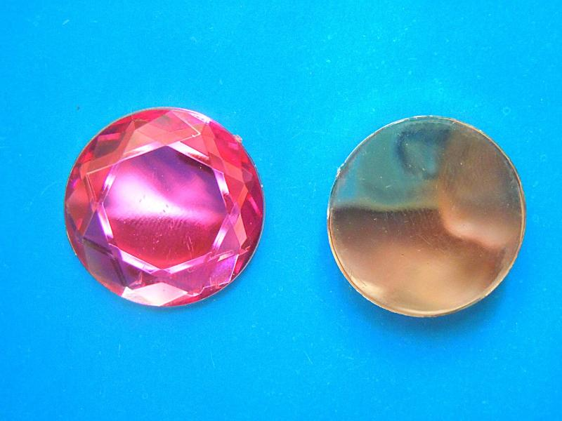 Кабашон  круглый  стекляный   Малинового  цвета  с  огранкой  .  Размер  -  25 мм.