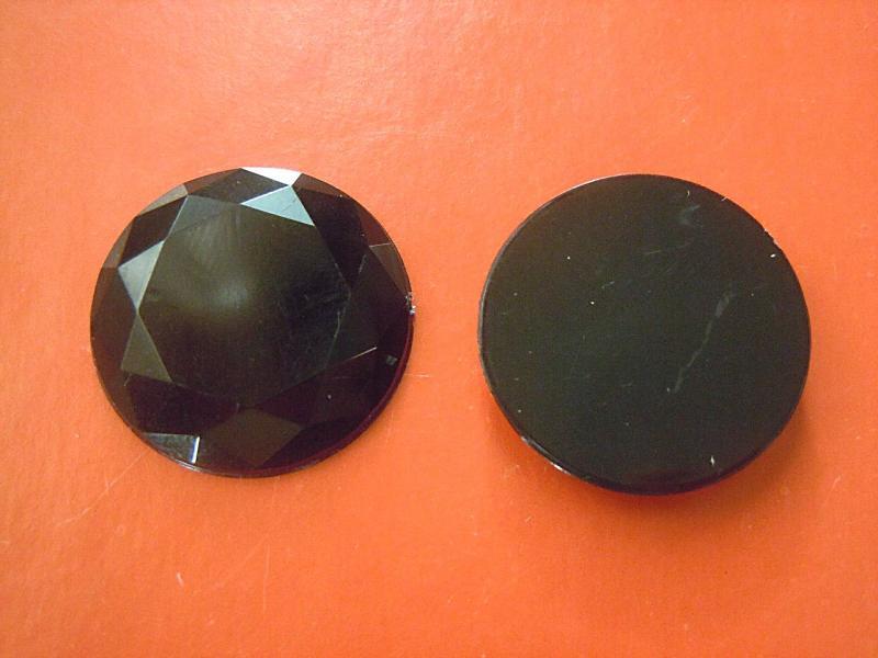 Кабашон  круглый  стекляный   Чёрного  цвета  с  огранкой  .  Размер  -  25 мм.