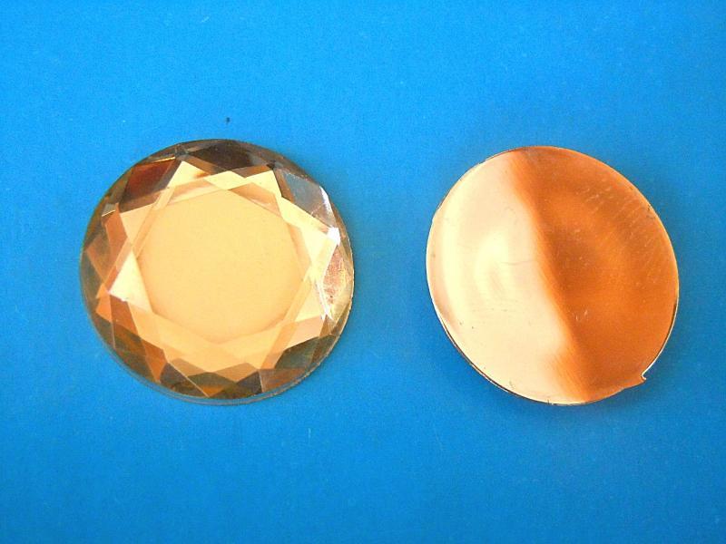 Кабашон  круглый  стекляный   Светло - кремового  цвета  с  огранкой ,  Размер  -  25 мм.
