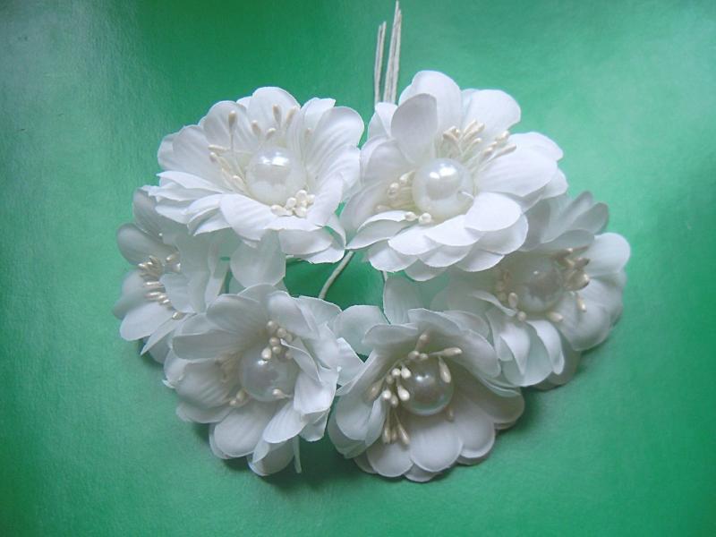 Цветок 5 см. тканевый , Белого цвета с бусинкой , на проволоке 12 см.  Упаковка  из 6 шт.