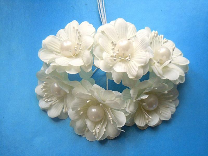 Цветок  5 см.  тканевый ,  молочно - кремового  цвета  с  бусинкой , на  проволоке  12 см.  упаковка из 6 цветочков.