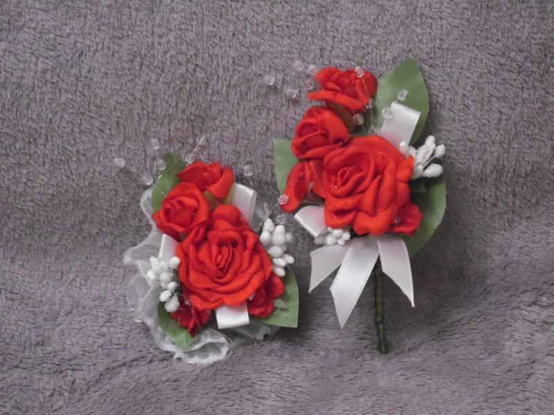 Свадебные бутоньерки для свидетелей (бутоньерка и цветочный браслет) из красных роз