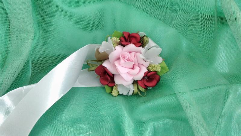 Бутоньерка на руку розовая с белым и бордовым (цветочный браслет)