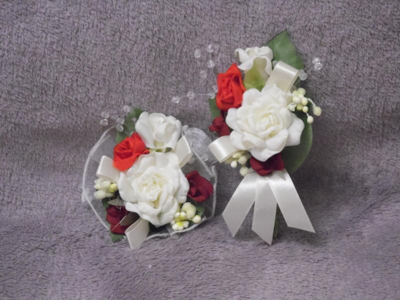 Свадебные бутоньерки для свидетелей (бутоньерка и цветочный браслет) бежевые с красным и бордовым