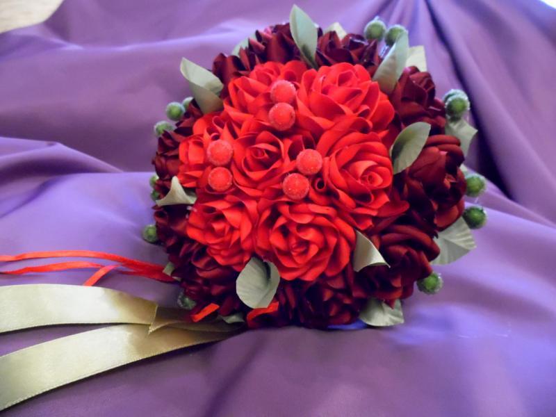 Свадебный букет-дублер из красных и бордовых роз