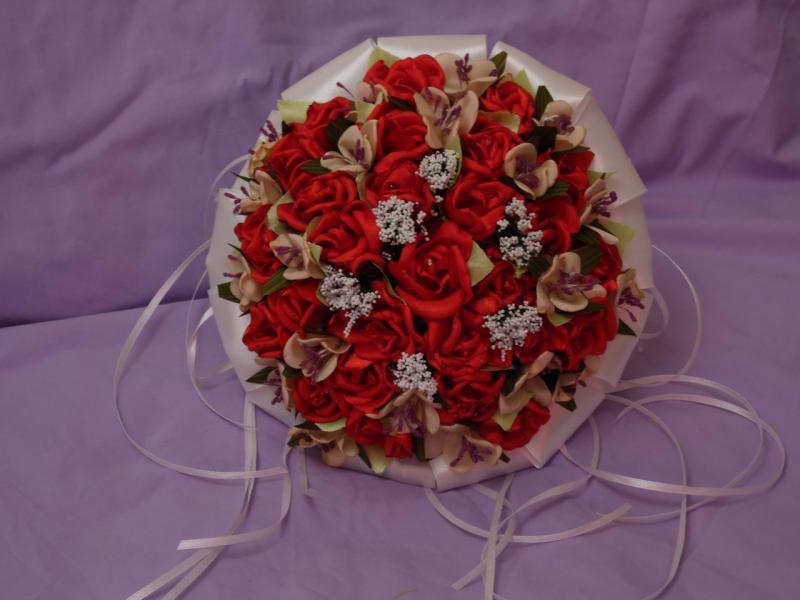 Свадебный букет-дублер из мелких роз красный с пудровым