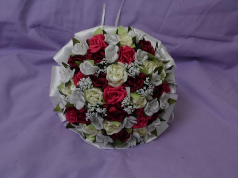 Свадебный букет-дублер из мелких роз белый с красным и бордовым