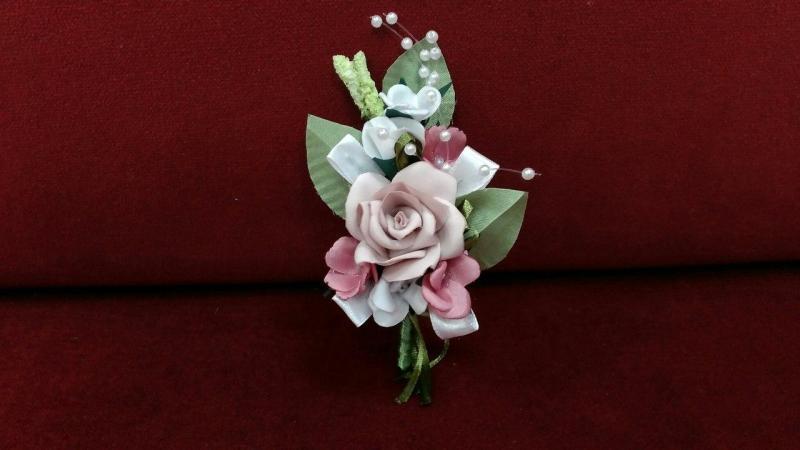 Свадебная бутоньерка пудровая с белым и розовым