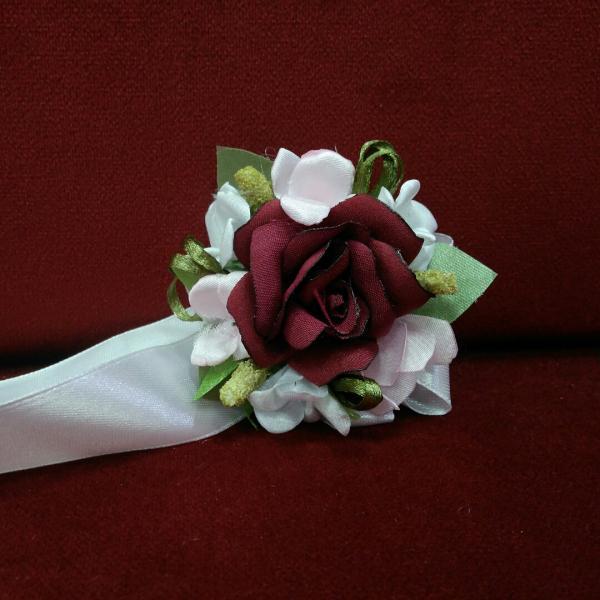 Бутоньерка на руку бордовая с белым и розовым (цветочный браслет)