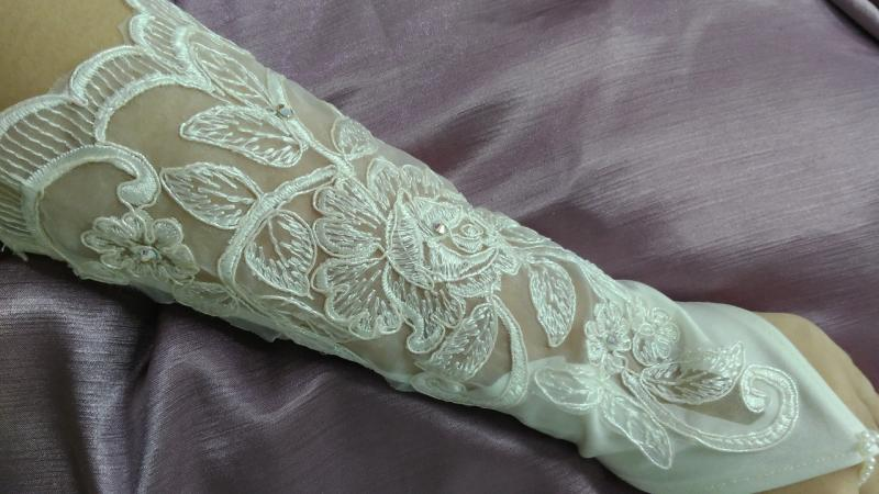 Свадебные перчатки с гипюром айвори (бежевые)