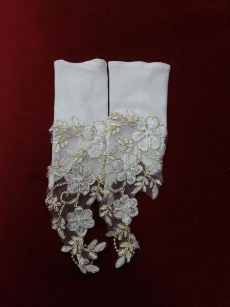 Детские перчатки белые  с золотым