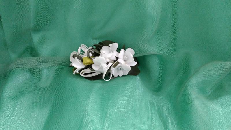 Заколка для волос из цветов  белая с зеленым