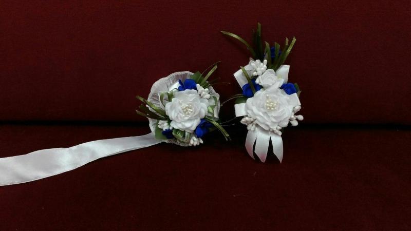Свадебные бутоньерки для свидетелей бело-синие (бутоньерка и цветочный браслет)