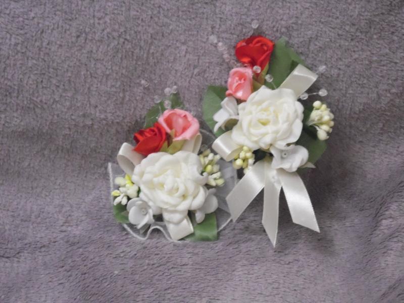Свадебные бутоньерки для свидетелей (бутоньерка и цветочный браслет) бежевые с красным и персиковым
