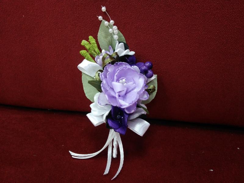 Свадебная бутоньерка сиреневая с белым и фиолетовым