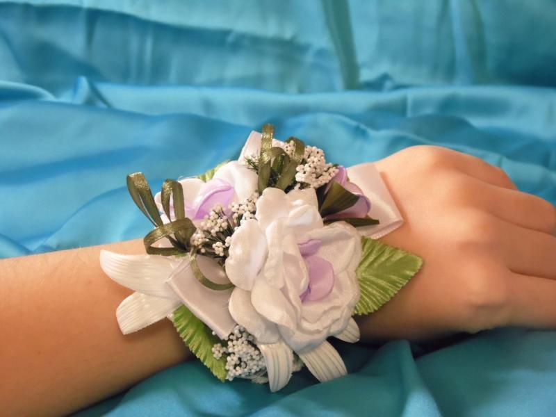 Бутоньерка на руку (цветочный браслет) бело-сиреневый