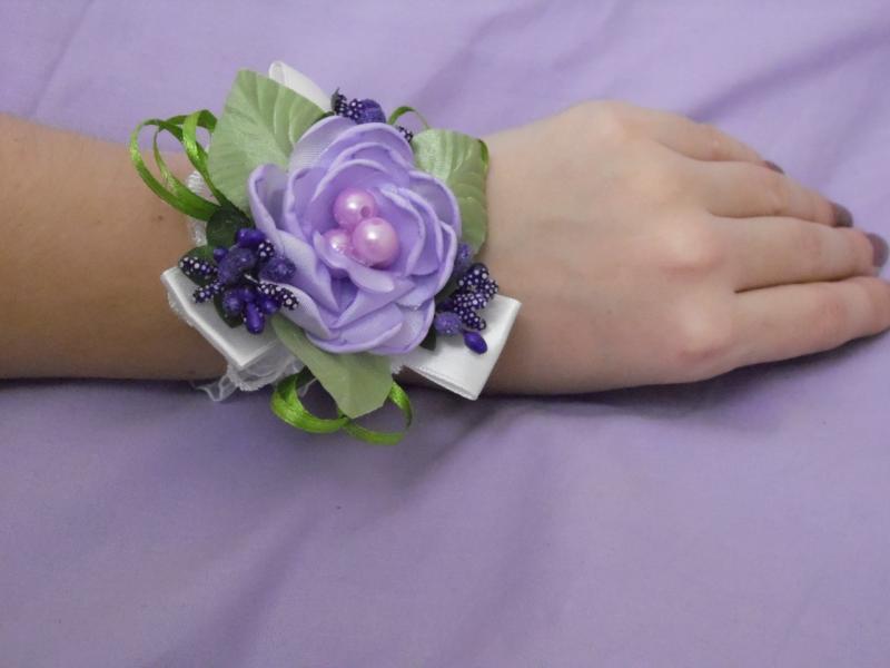 Бутоньерка на руку сиреневая (цветочный браслет)