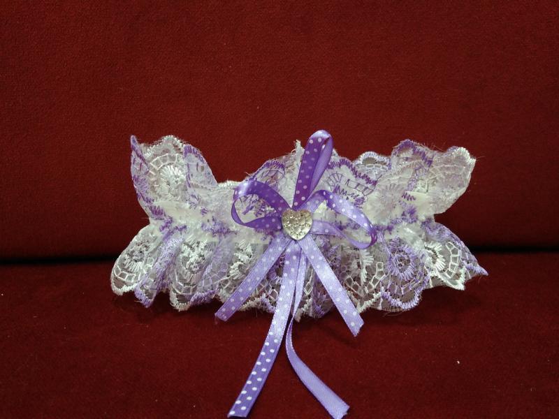 Свадебная подвязка для невесты белая с сиреневым