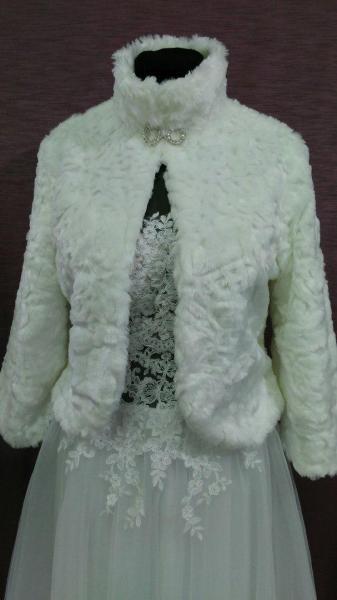 Свадебная шубка из искусственного меха белая с принтом