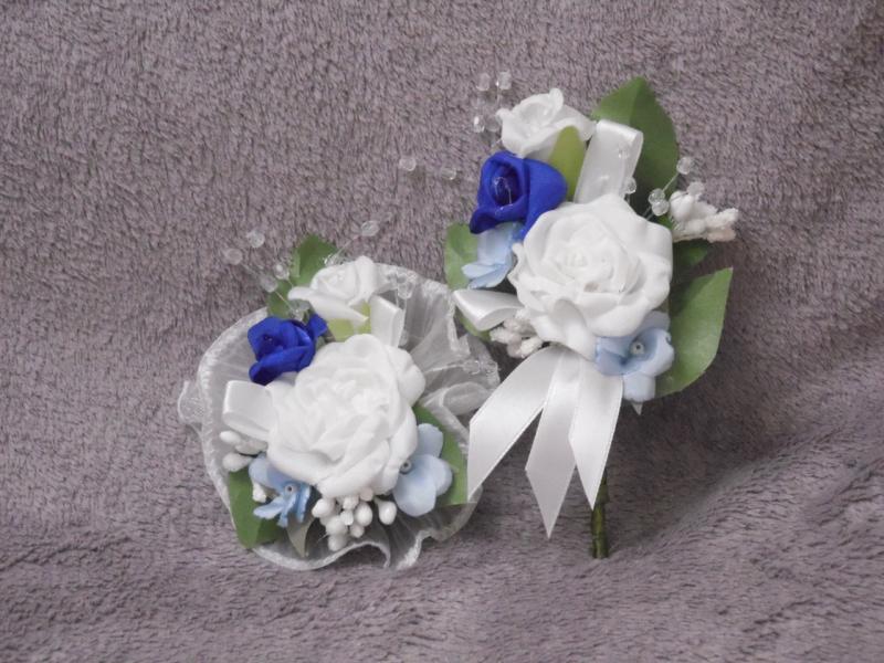 Свадебные бутоньерки для свидетелей (бутоньерка и цветочный браслет) бело-синие