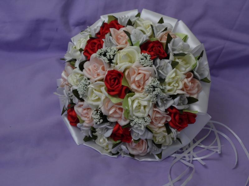 Свадебный букет-дублер из мелких роз персиковый с красным и белым