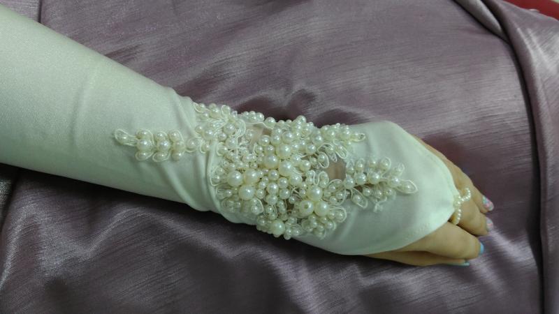 Свадебные перчатки расшитые бусинами айвори (бежевые)