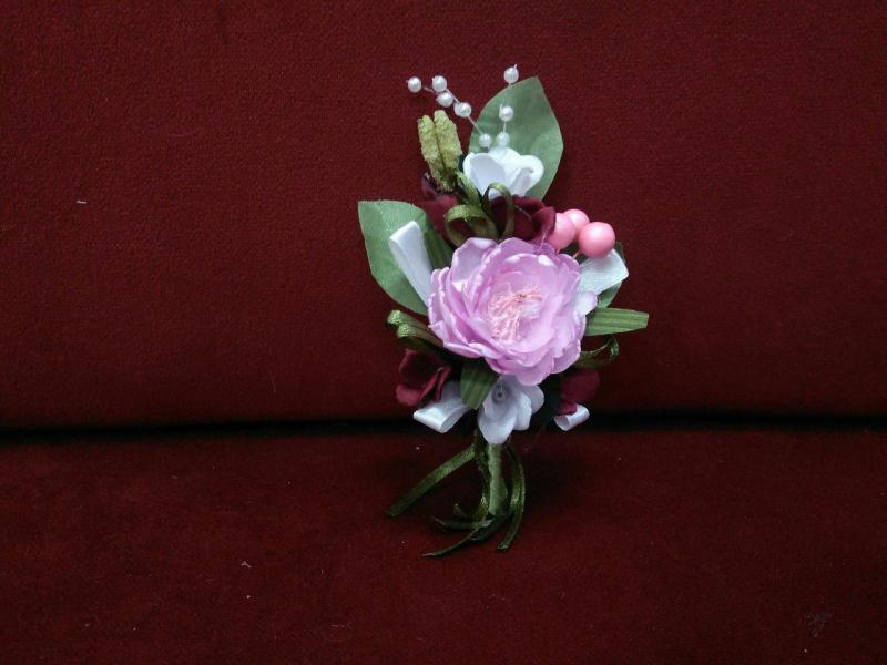 Свадебная бутоньерка розовая с бордовым