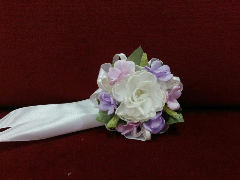 Бутоньерка на руку бежевая айвори с сиреневым и розовым (цветочный браслет)