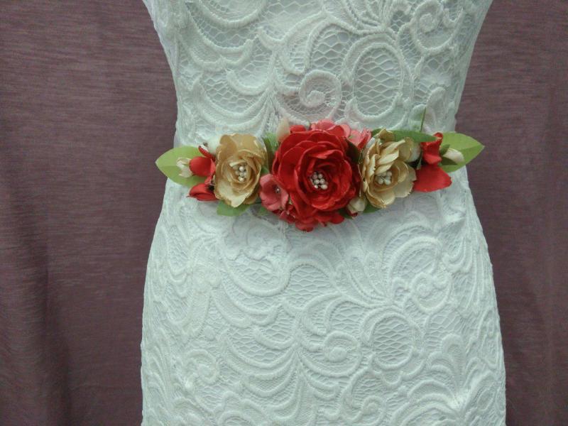 Пояс на ленте с цветами из ткани айвори с бежевым и красным