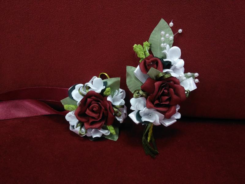Свадебные бутоньерки для свидетелей (бутоньерка и цветочный браслет) бордовые с белым