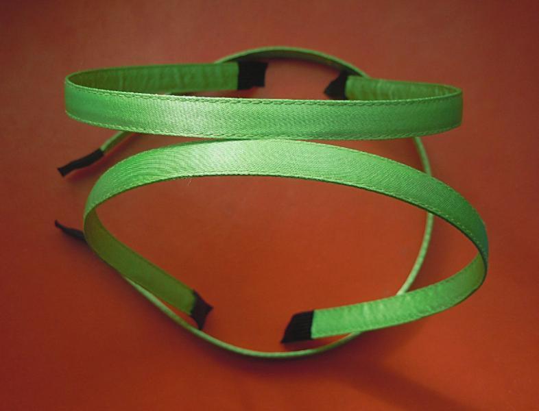 Металический  обруч  0,7 мм.  обшитый  плотной  салатово - зелёной   лентой  10 мм.