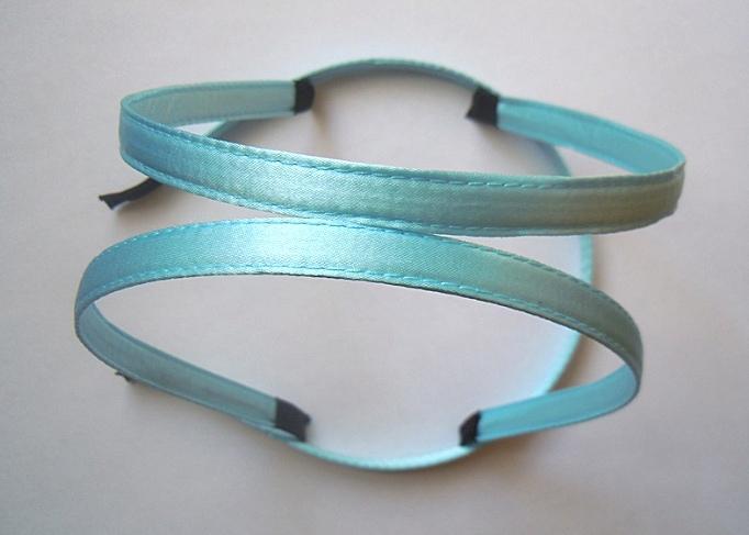Металический  обруч  0,7 мм.   обшитый  плотной  Голубой   лентой  10 мм.