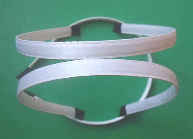 Металический  обруч  0,7 мм.   обшитый  плотной   Белой  лентой  10 мм.