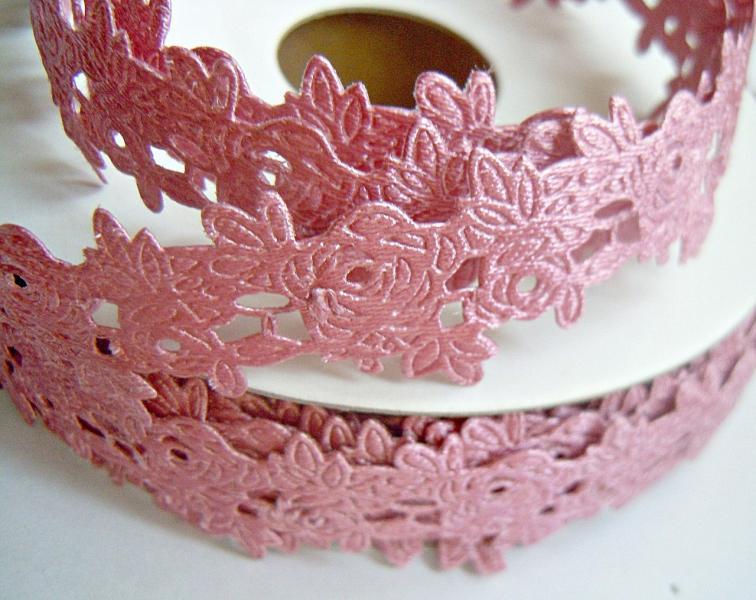 Фото Ленты,  Декоративные  тканевые  ленты . Тесьма декоративная ,атласная в розочках ,  ширина 20 мм . цвет пепельно - розовый