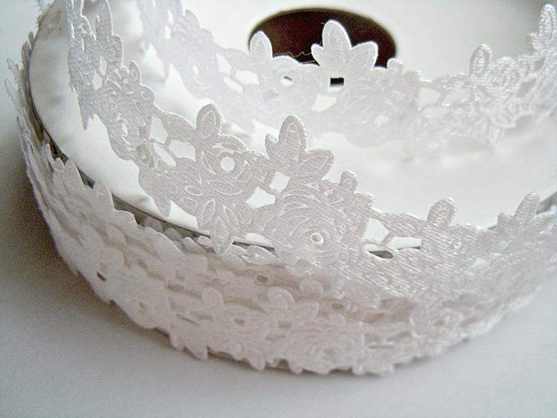 Фото Ленты,  Декоративные  тканевые  ленты . Тесьма декоративная , атласная  плотная  в розочках ,  ширина 20 мм  , цвет Белый