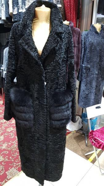 Пальто из каракуля черное