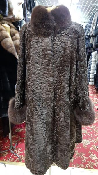 Пальто из каракуля коричневое