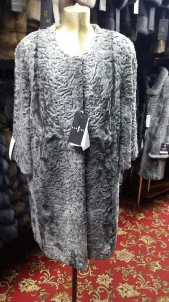 Пальто из каракуля серое