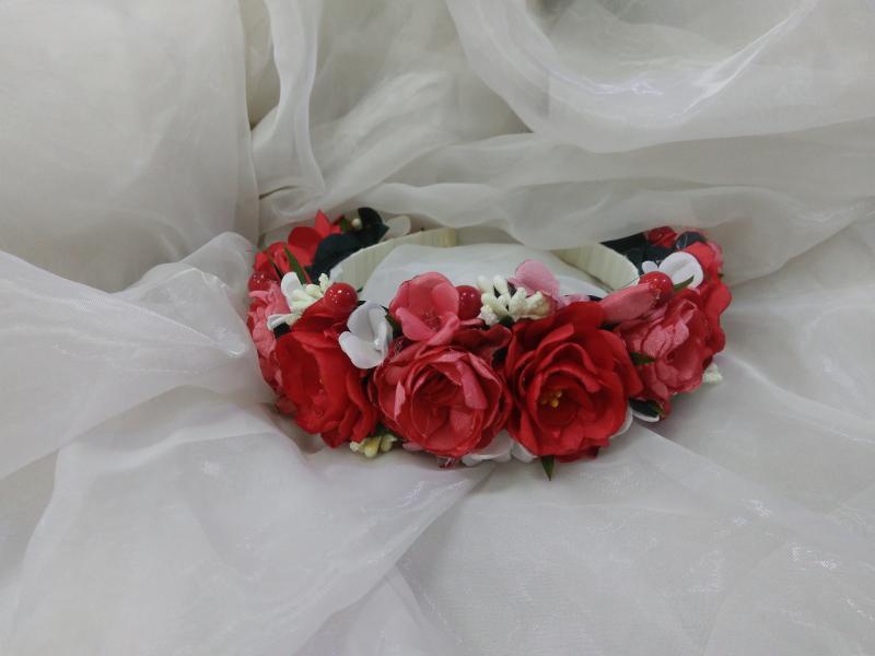 Венок цветочный красный с коралловым белым