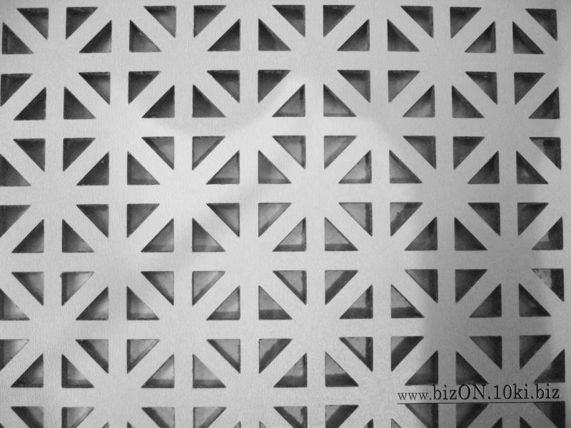 Фото Решетки ПВХ и Экраны ХДФ (МДФ) для радиаторов отопления и декора Декоративный экран на батареи «ОНТАРИО», 600 х 600 мм, из перфорированного ХДФ (МДФ), цвет – Арктик (белый)