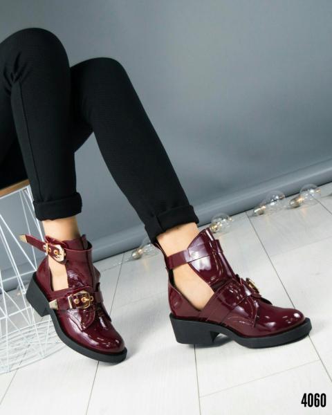 Демисезонные открытые ботинки с двумя пряжками.